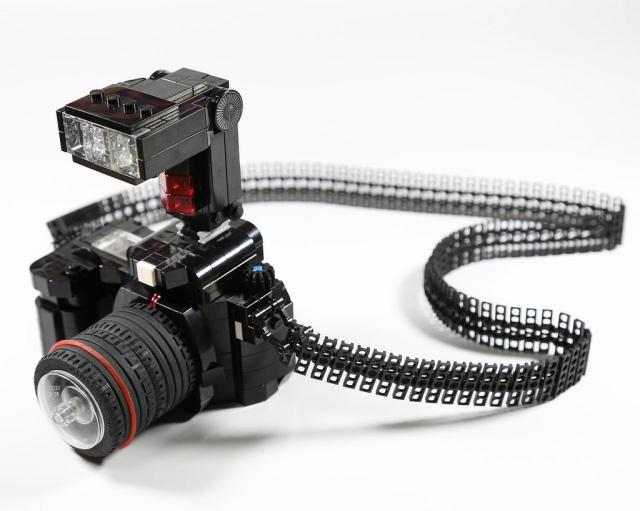 An SLR camera made entirely of LEGO.